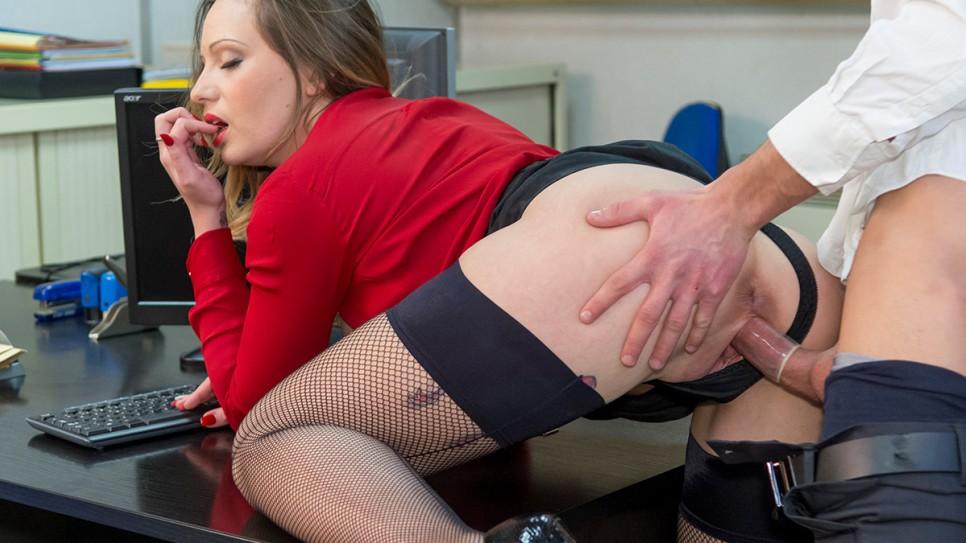 Une femme juge baise sur le bureau - Porn Video - Tukifcom
